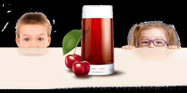 Enfant derrière une table avec jus de cerise